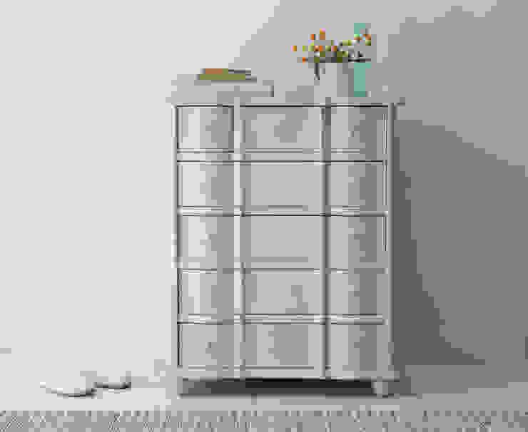 Otterley chest of drawers in scuffed grey di homify Moderno Legno Effetto legno