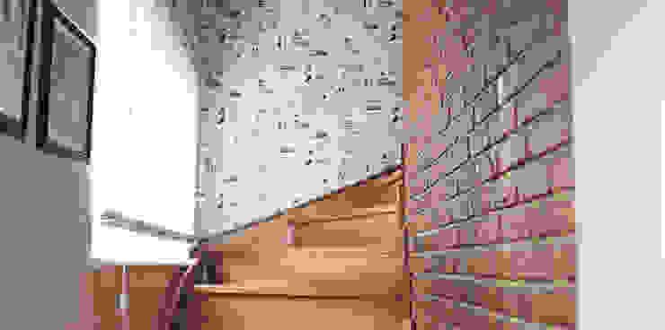 現代風玄關、走廊與階梯 根據 Bilgece Tasarım 現代風