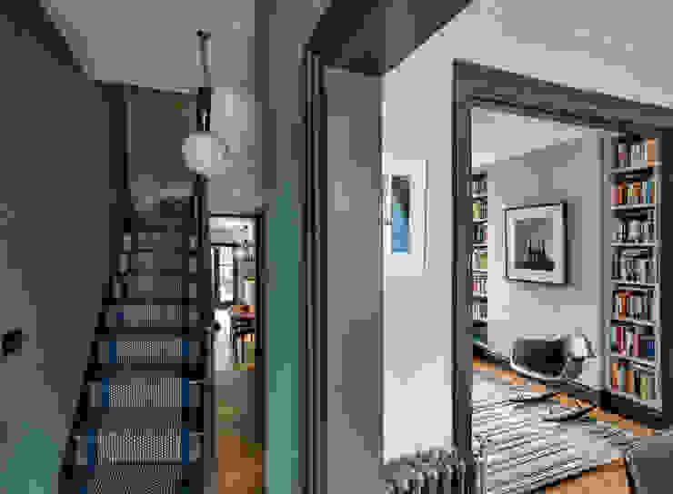 Entrance Pasillos, vestíbulos y escaleras modernos de homify Moderno