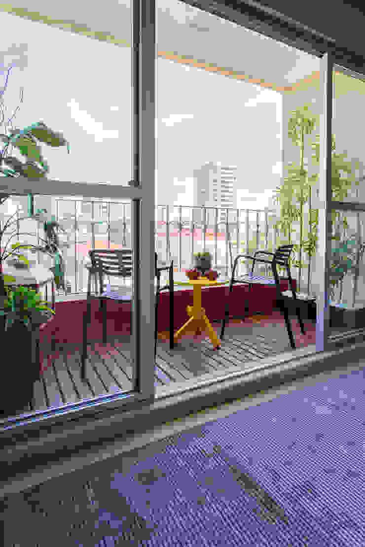 Garden Varandas, alpendres e terraços tropicais por Lo. interiores Tropical