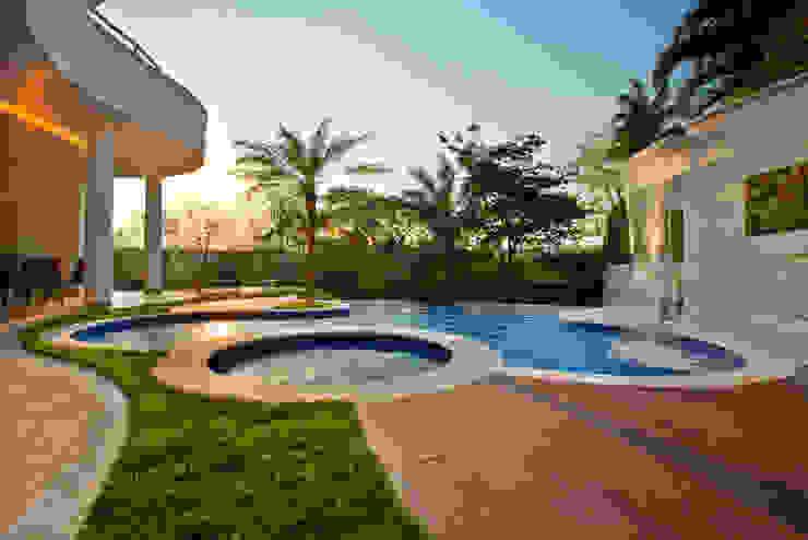 Casa Refúgio da Mata: Piscinas  por Arquiteto Aquiles Nícolas Kílaris