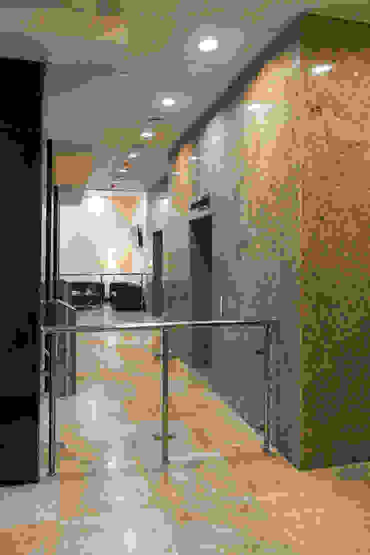 Реализация. Лифтовой холл первого этажа. Офисные помещения в стиле минимализм от Дизайн-студия 'Эскиз' Минимализм