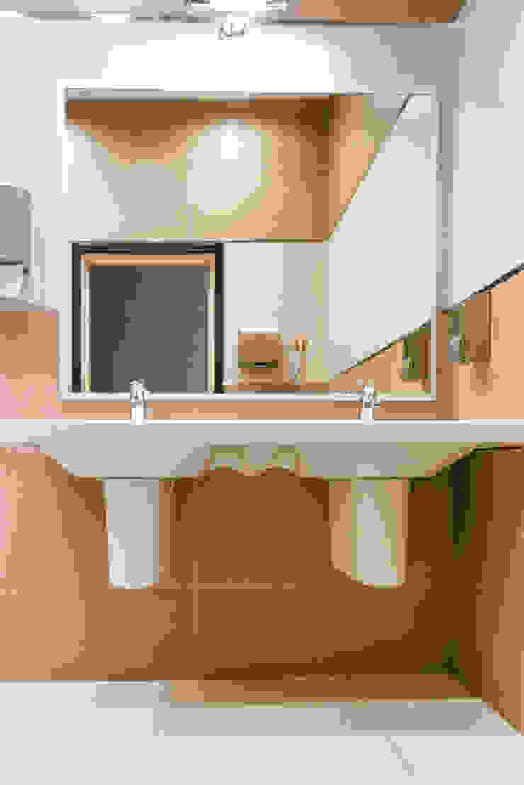 Реализация. Санузел типового этажа. Офисные помещения в стиле минимализм от Дизайн-студия 'Эскиз' Минимализм