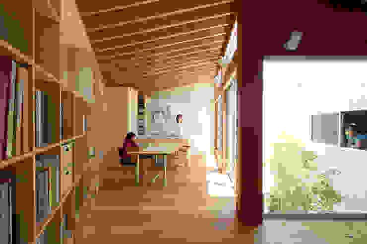 Столовая комната в стиле минимализм от 萩原健治建築研究所 Минимализм