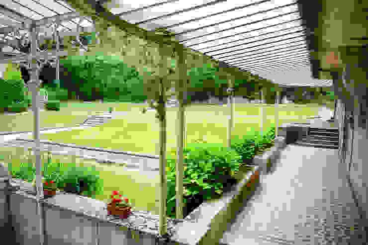 Une maison de maître dans l'Ain Balcon, Veranda & Terrasse classiques par le songe du miroir photographe Classique