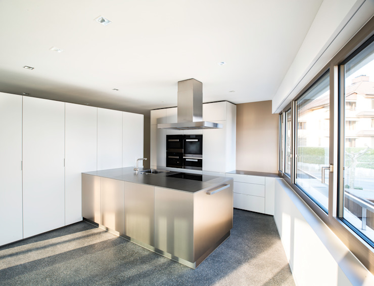 Mehrfamilienhaus 'Flair' in Herrliberg Moderne Küchen von AMZ Architekten AG sia fsai Modern