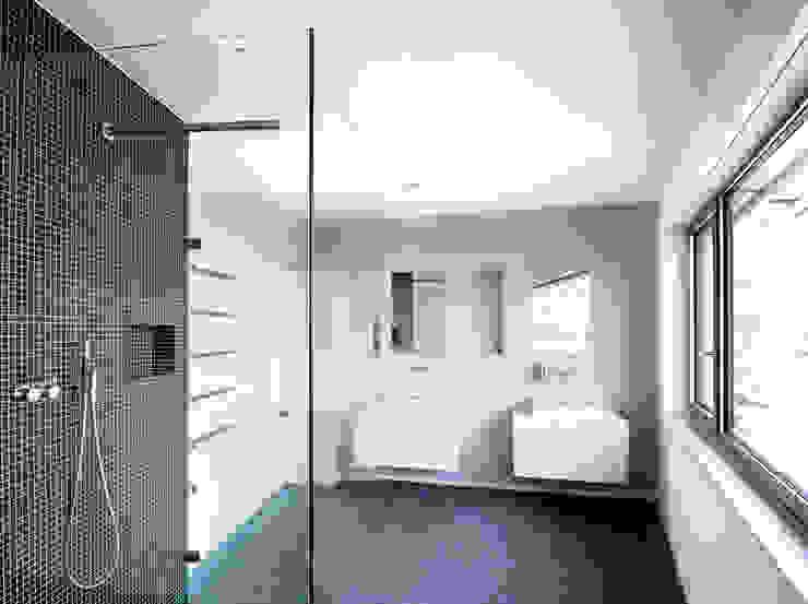 Mehrfamilienhaus 'Flair' in Herrliberg Moderne Badezimmer von AMZ Architekten AG sia fsai Modern