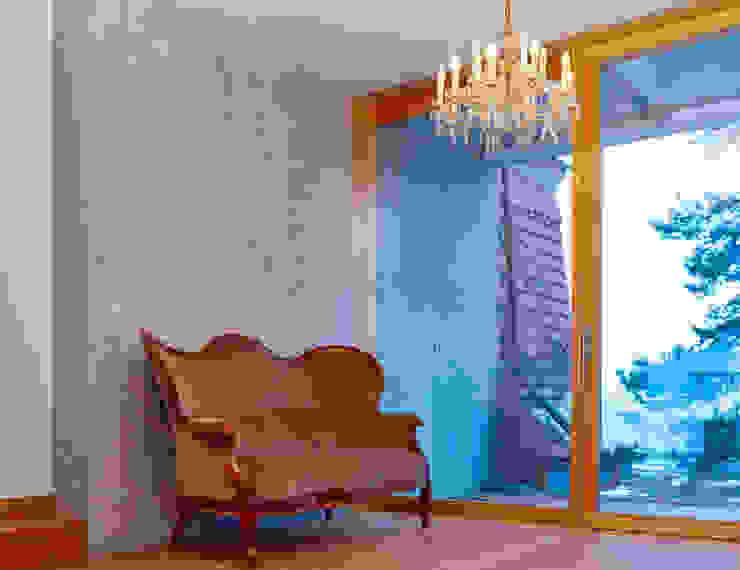 Wohnraum mit durchgehender Fensterfront Minimalistische Wohnzimmer von sim Architekten GmbH Minimalistisch