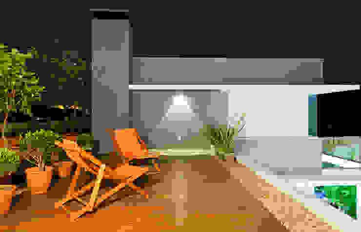Casa AP+VP Varandas, alpendres e terraços modernos por ANDRÉ PACHECO ARQUITETURA Moderno
