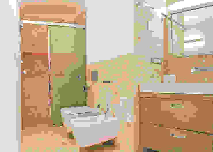 モダンスタイルの お風呂 の Architetti Porto Cervo モダン
