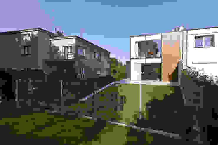PERFORATED HOUSE EXTERIOR Nowoczesne domy od KLUJ ARCHITEKCI Nowoczesny