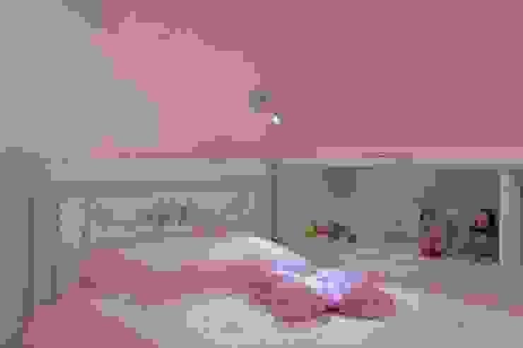 Bedtime reading . . . Quartos modernos por john bullock lighting design Moderno