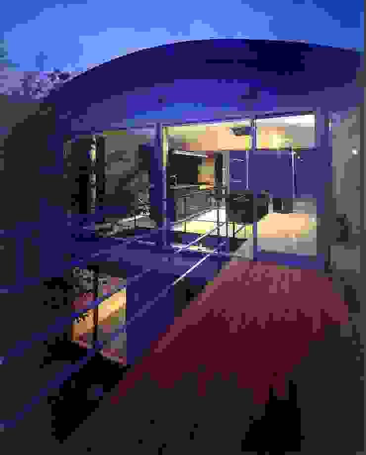 中庭夕景 地中海デザインの テラス の 松田靖弘建築設計室 地中海