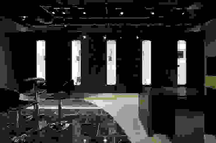 シャフトショーケース: atelier mが手掛けた現代のです。,モダン