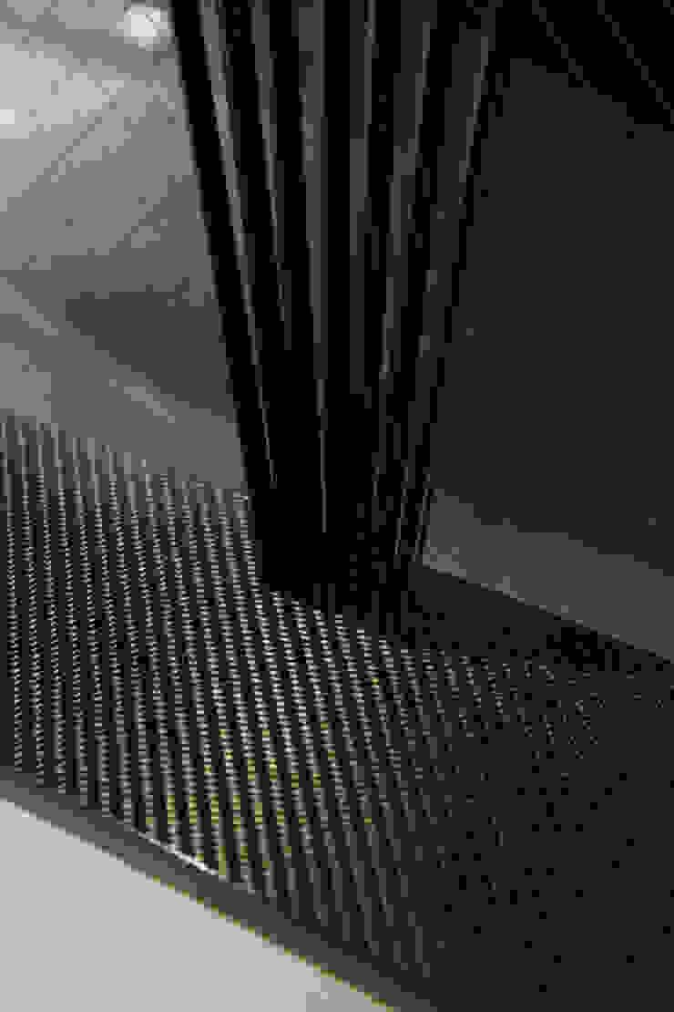 カーボン: atelier mが手掛けた現代のです。,モダン