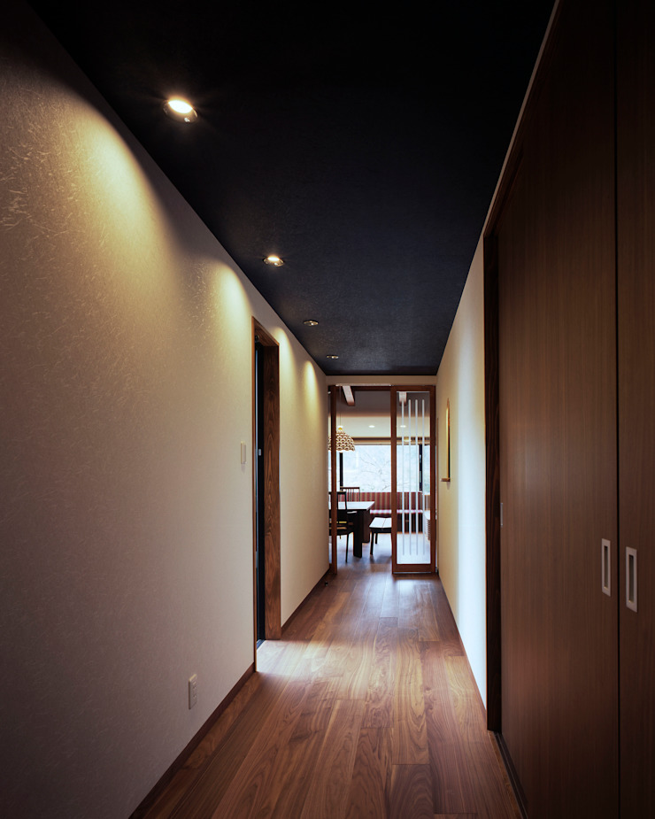 Eclectic corridor, hallway & stairs by 伊藤瞬建築設計事務所 Eclectic