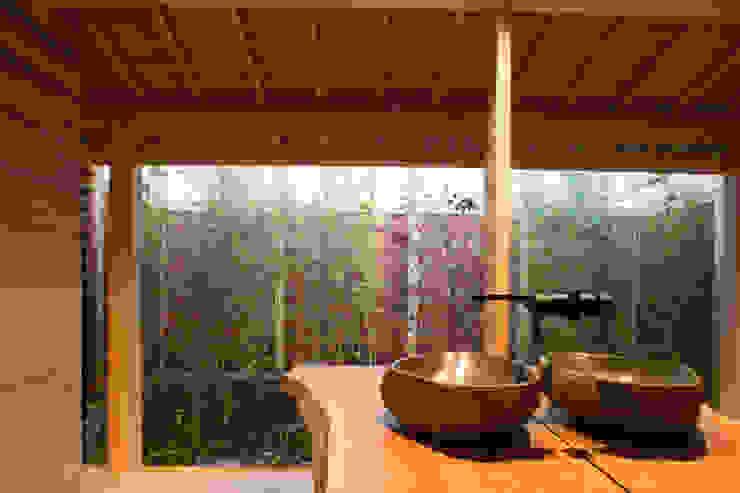 現代に息づく京都の町家: 一級建築士事務所 (有)BOFアーキテクツが手掛けた浴室です。,和風