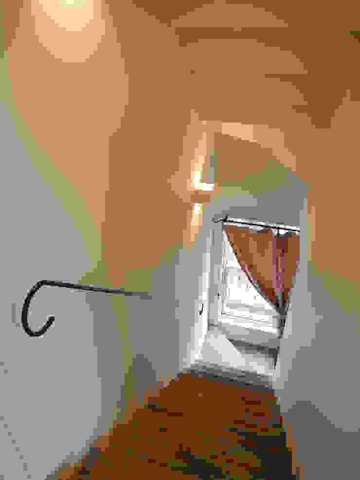 Shabby House-古着のような家- 北欧スタイルの 玄関&廊下&階段 の atelier m 北欧