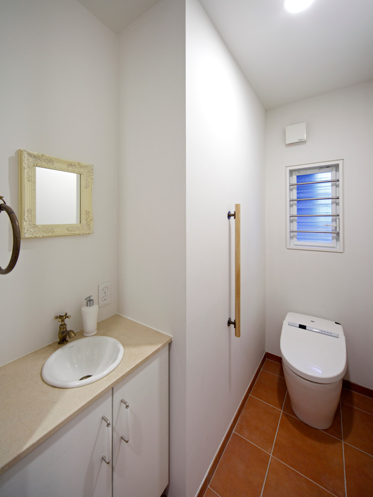 Shabby House-古着のような家- 地中海スタイルの お風呂・バスルーム の atelier m 地中海