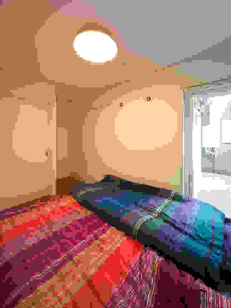Shabby House-古着のような家- 北欧スタイルの 寝室 の atelier m 北欧