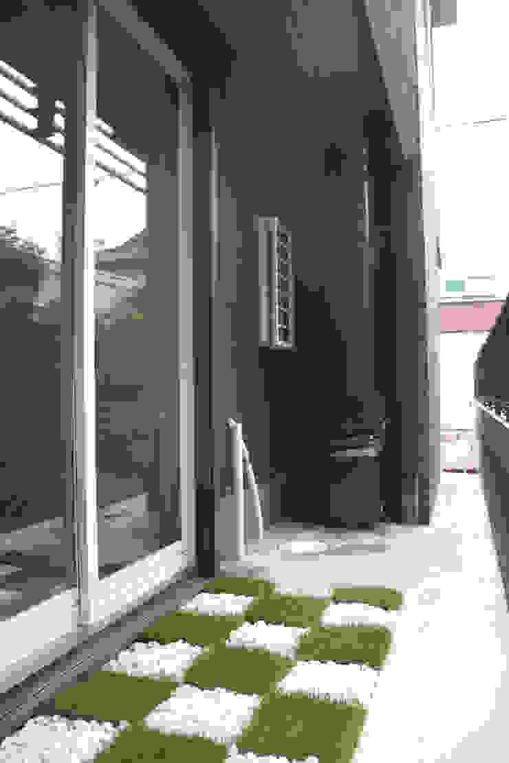 Shabby House-古着のような家- 北欧デザインの テラス の atelier m 北欧