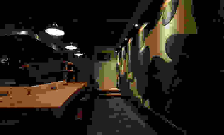 カウンター席 和風スタイルの 壁&フローリングデザイン の IZUE architect & associates 和風 無垢材 多色