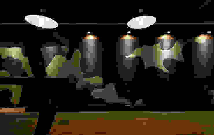 カモフラージュ柄の土壁 和風スタイルの 壁&フローリングデザイン の IZUE architect & associates 和風 無垢材 多色