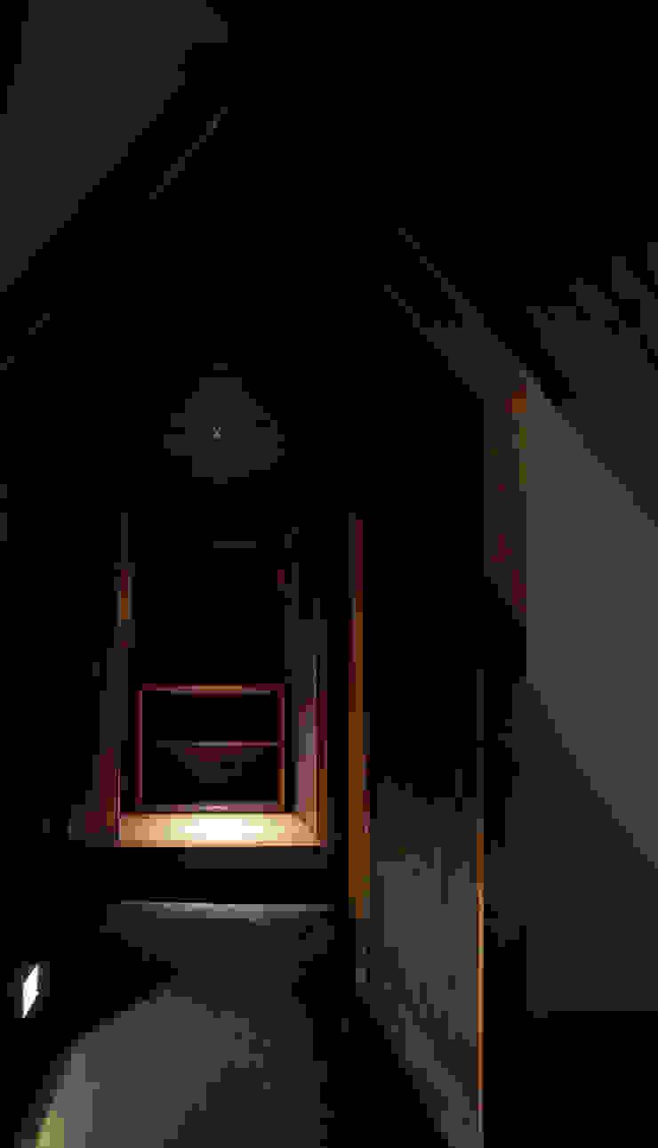 離れへとつながる家型アーチ 和風スタイルの 壁&フローリングデザイン の IZUE architect & associates 和風 木 木目調