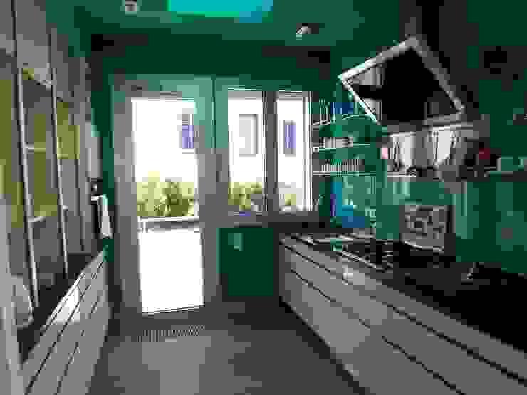 Cucina moderna di ESTUDI 353 ARQUITECTES SLPU Moderno