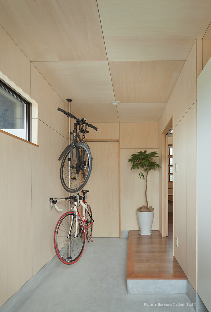 Minimalist corridor, hallway & stairs by 松岡健治一級建築士事務所 Minimalist Plywood