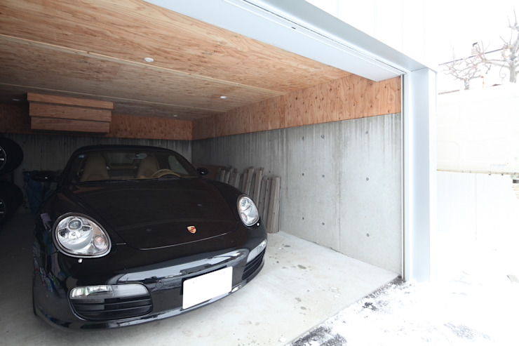 Modern Garage and Shed by 株式会社コウド一級建築士事務所 Modern