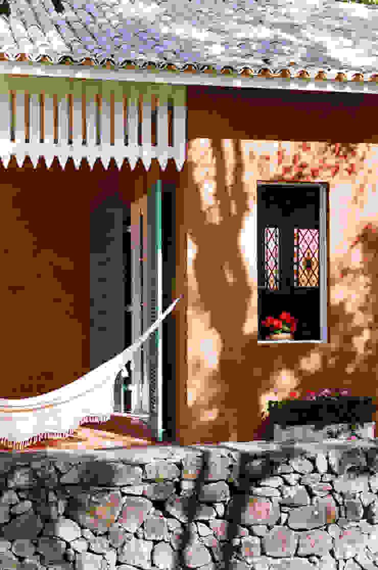 Célia Orlandi por Ato em Arte Balkon, Beranda & Teras Gaya Country Batu Bata Orange