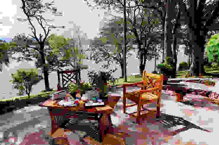 Vista para o Jardim Varandas, alpendres e terraços campestres por Célia Orlandi por Ato em Arte Campestre Madeira Efeito de madeira