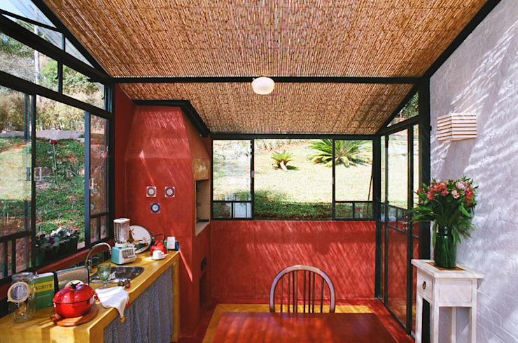 Kitchen by Célia Orlandi por Ato em Arte, Country Bricks