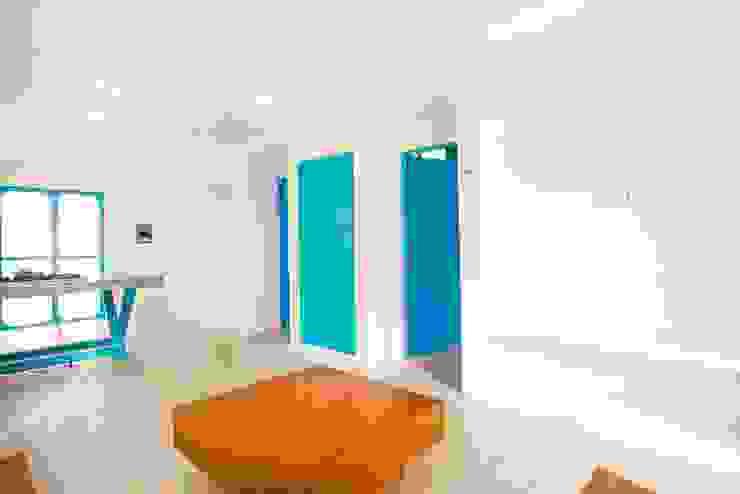 Salas / recibidores de estilo  por Arq Mobil