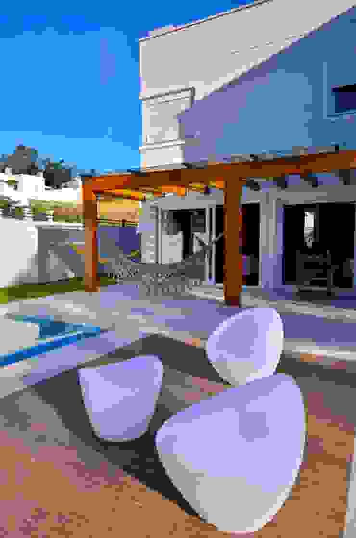 Pergolado em madeira Paredes y pisos de estilo moderno de ARQ Ana Lore Burliga Miranda Moderno