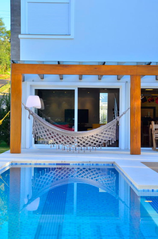Detalhe da pergola junto à piscina Balcones y terrazas de estilo moderno de ARQ Ana Lore Burliga Miranda Moderno