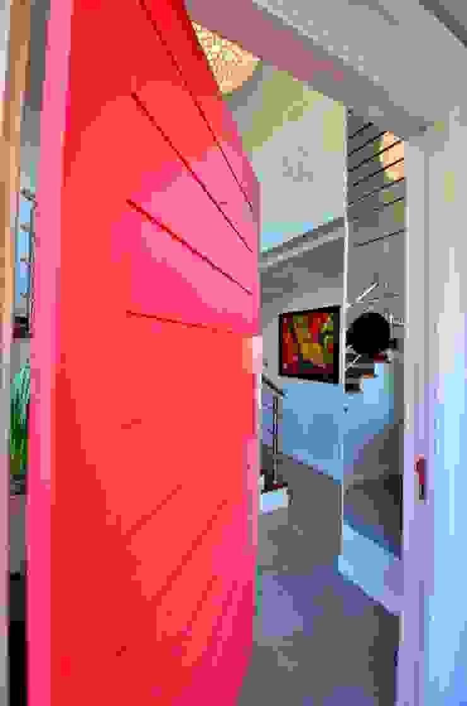 Porta principal pivotante vermelha Puertas y ventanas de estilo moderno de ARQ Ana Lore Burliga Miranda Moderno