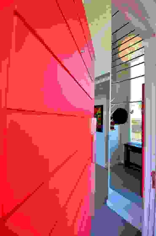 Detalhe porta Puertas y ventanas de estilo moderno de ARQ Ana Lore Burliga Miranda Moderno