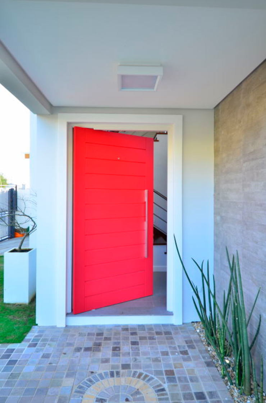 Porta da residência Puertas y ventanas de estilo moderno de ARQ Ana Lore Burliga Miranda Moderno