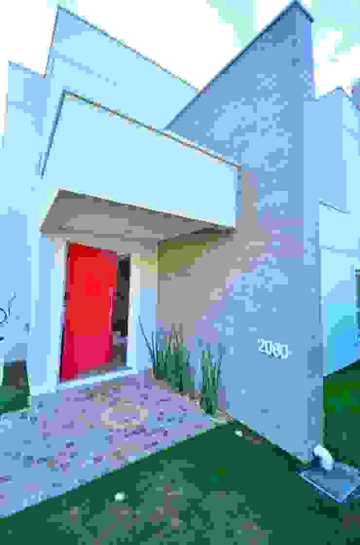 Fachada principal Puertas y ventanas de estilo moderno de ARQ Ana Lore Burliga Miranda Moderno