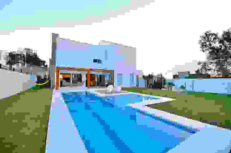 Pátio com piscina Casas modernas de ARQ Ana Lore Burliga Miranda Moderno