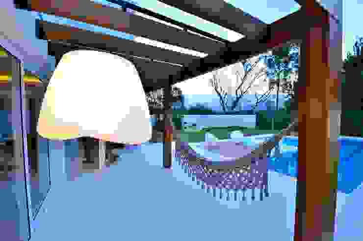 Mobiliário junto à piscina Balcones y terrazas de estilo moderno de ARQ Ana Lore Burliga Miranda Moderno