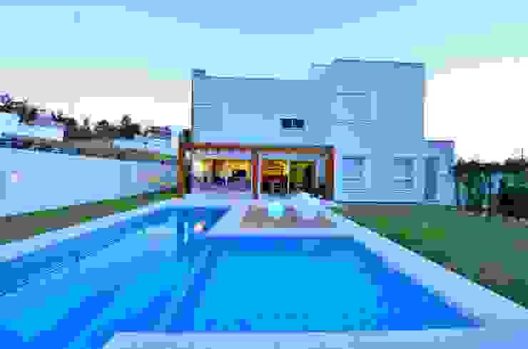 Fachada de fundos Casas modernas de ARQ Ana Lore Burliga Miranda Moderno