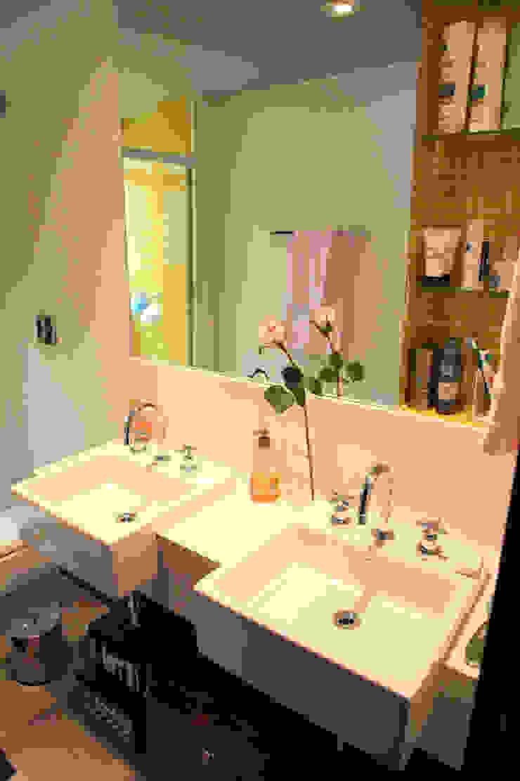 Apartamento de 60m² Banheiros ecléticos por Fabiana Rosello Arquitetura e Interiores Eclético