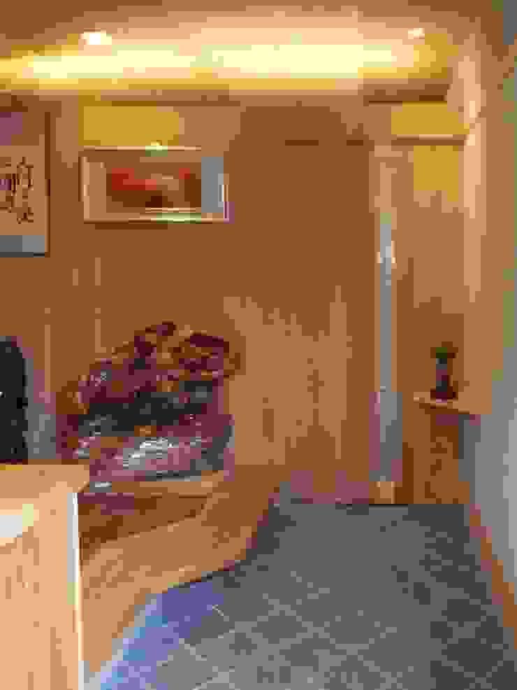 玄 関 モダンスタイルの 玄関&廊下&階段 の アンドウ設計事務所 モダン 無垢材 多色