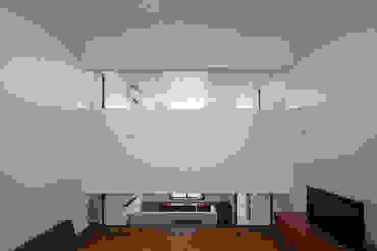 Living room by 吉田夏雄建築設計事務所,