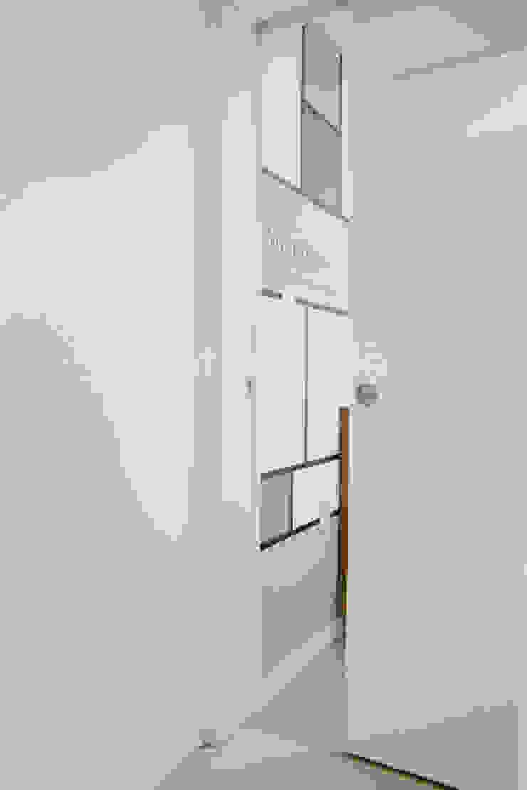 심플한 화이트 인테리어의 환골탈태 모던스타일 침실 by 퍼스트애비뉴 모던