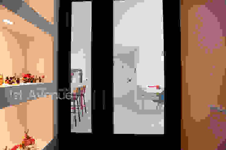 Hành lang, sảnh & cầu thang phong cách hiện đại bởi 퍼스트애비뉴 Hiện đại
