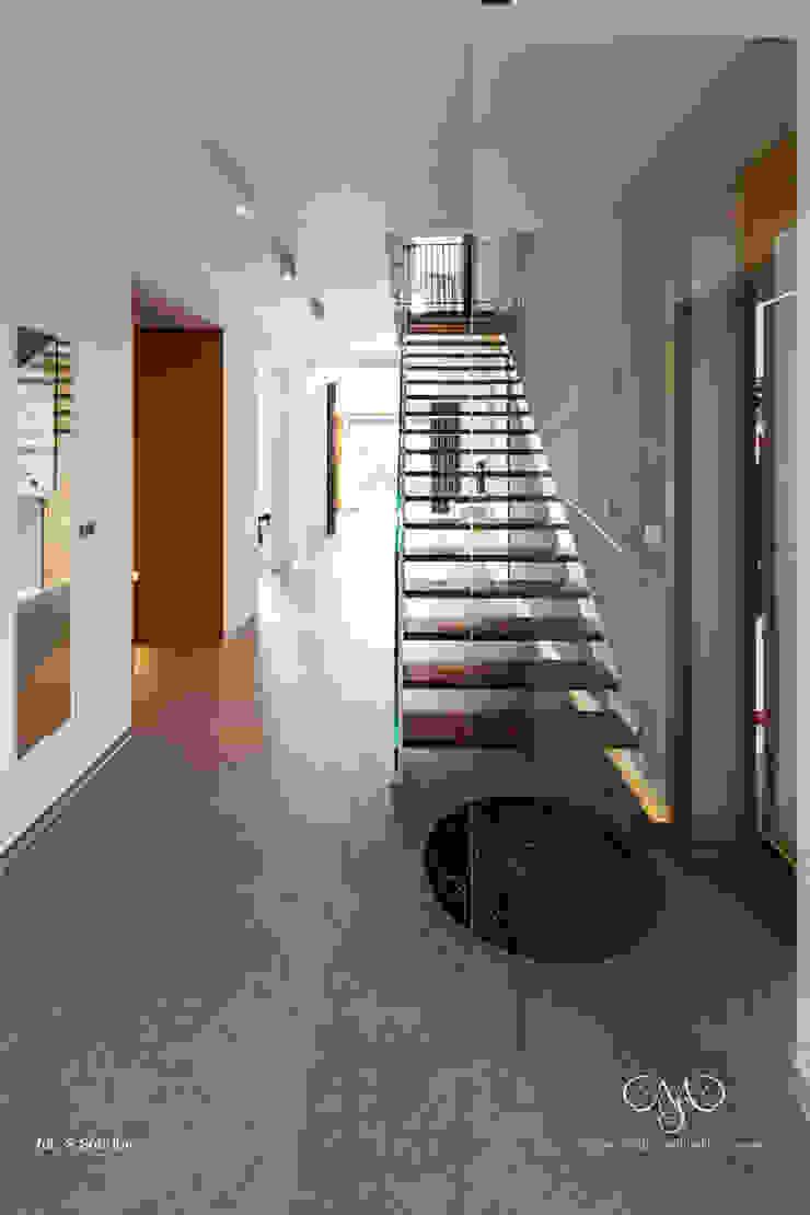 Dom w Starowej Górze Minimalistyczny korytarz, przedpokój i schody od Marzec Studio Minimalistyczny